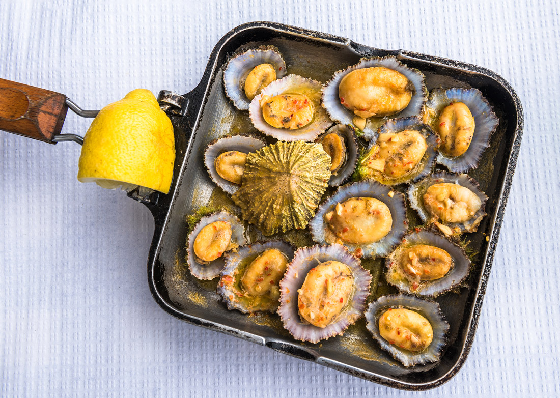 Grilled limpets with lemon