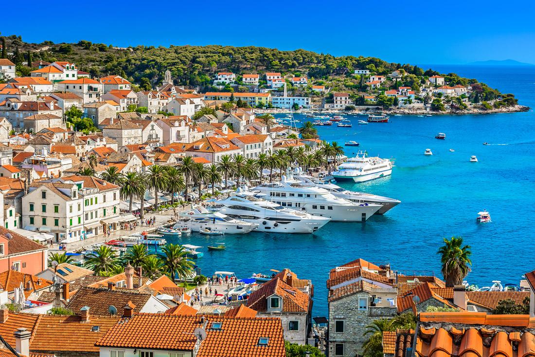 Yachts dans le port de Hvar