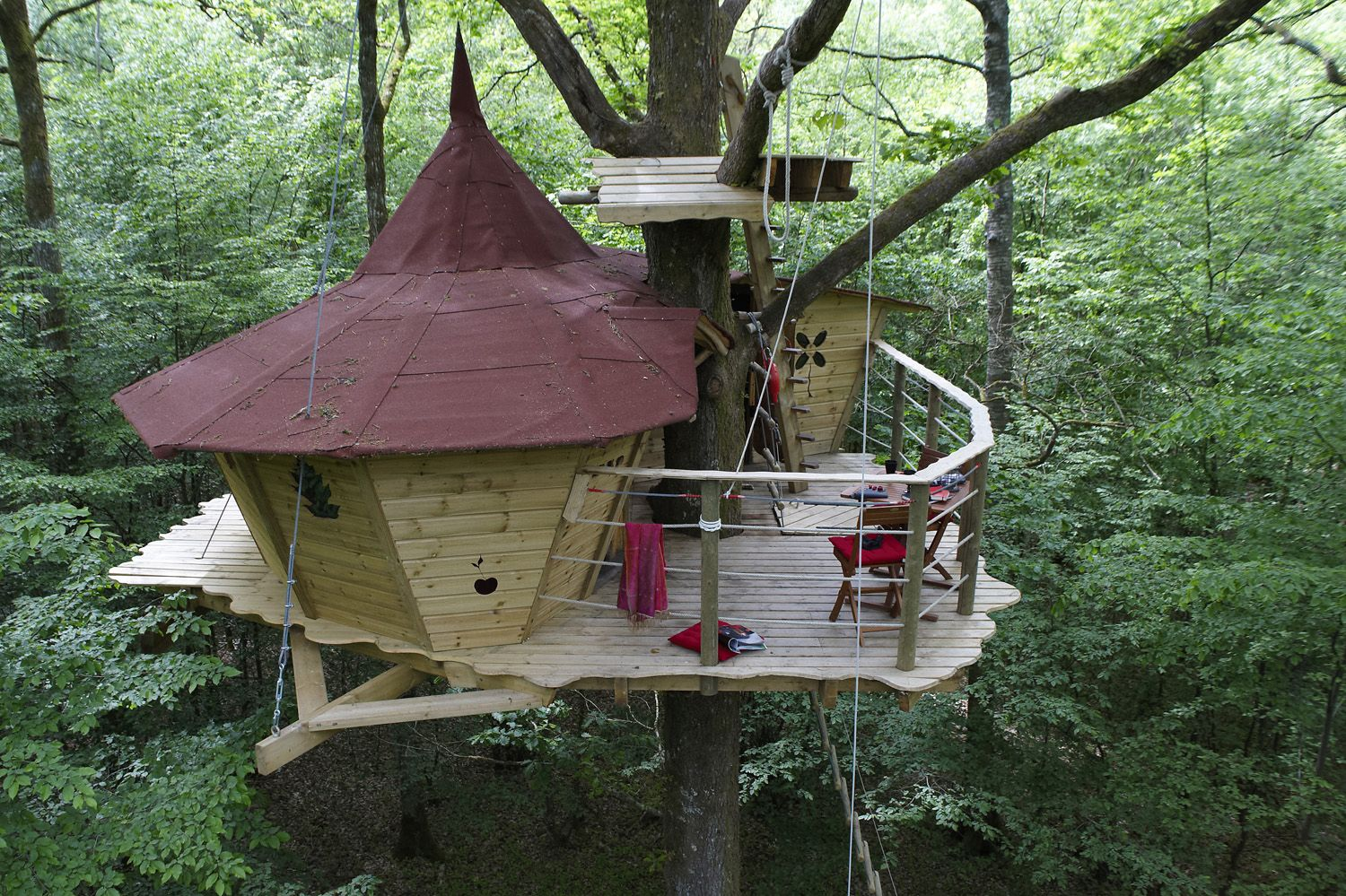 21 amazing treehouse accommodations travel away for Small tree house