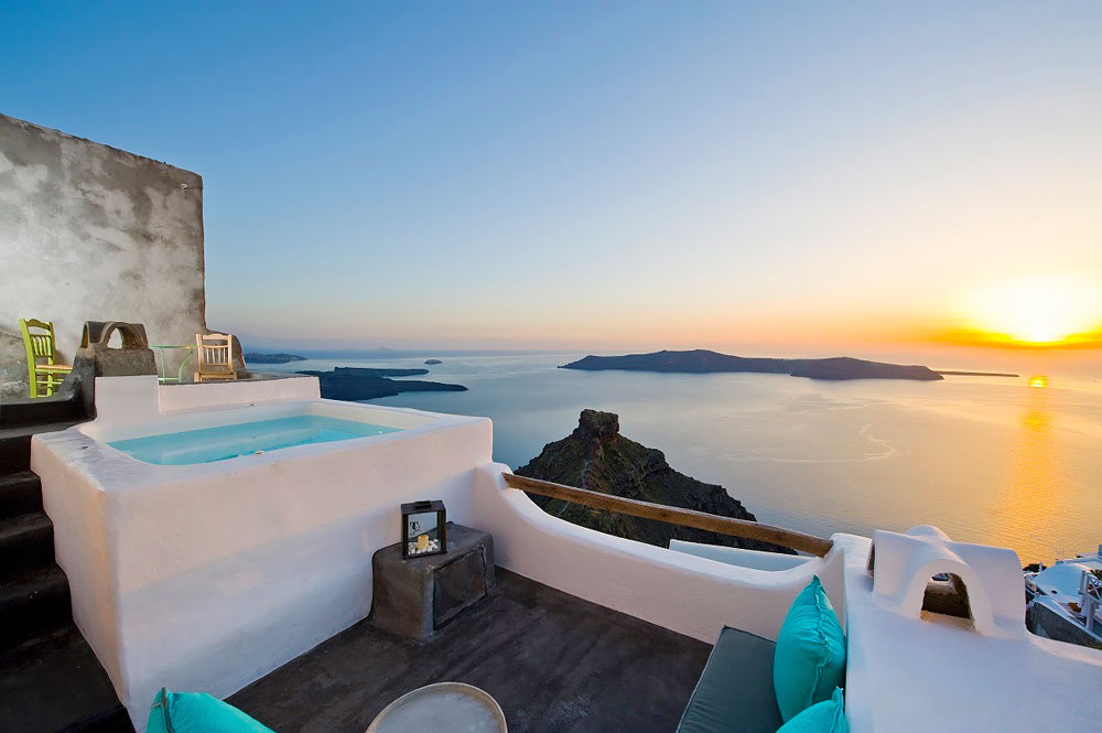 Jacuzzi with a view in Santorini