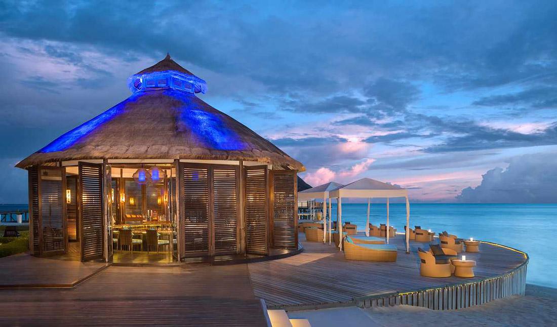 Retro-chic bar in the Maldives