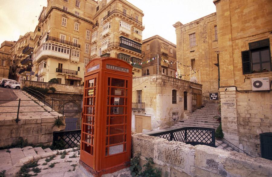 Red British telephone cabin